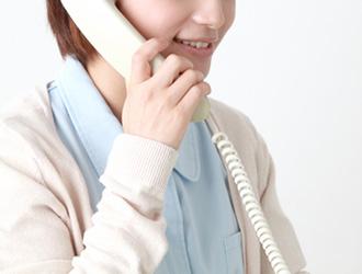 初診の方が電話予約をする様子